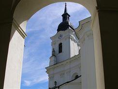 Kostelní věž z rajského dvora